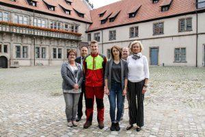 Neue Auszubildende treten ihren Dienst im Schloss Brake bzw. im Schwalenberger Wald an